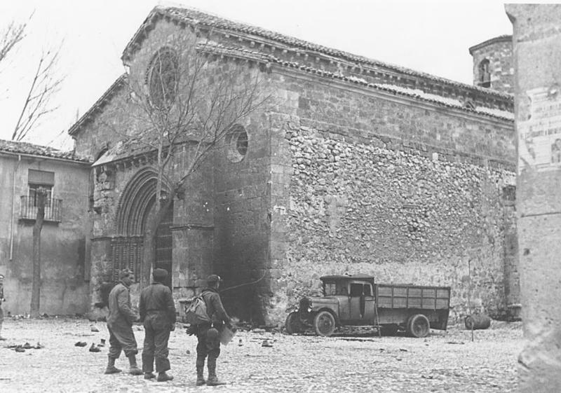 Soldados republicanos en la iglesia de San Felipe de Brihuega