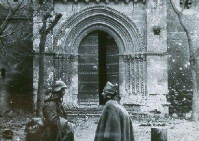 Milicianos hablando en la puerta de la iglesia de San Felipe de Brihuega