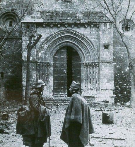 Imagen de Milicianos hablando en la puerta de la iglesia de San Felipe de Brihuega