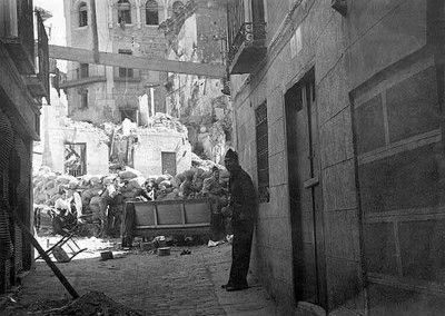 Miliciano en la plaza de la Magdalena