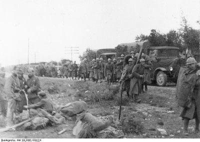 Columna de soldados italianos en la carretera nacional II