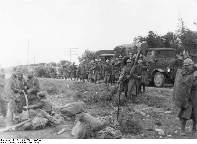 Imagen de columna de soldados italianos en la carretera nacional II