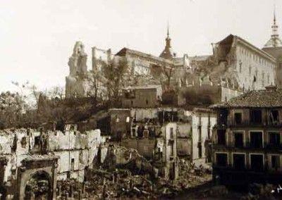 Vista del Alcázar de Toledo desde Zocodover después del asedio