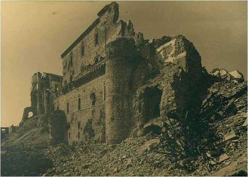 Fachada Este del Alcázar de Toledo después del asedio