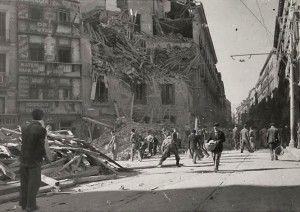 """Pza de Antón Martín y calle de Atocha. Edificio bombardeado junto a la Farmacia """"El Globo"""""""