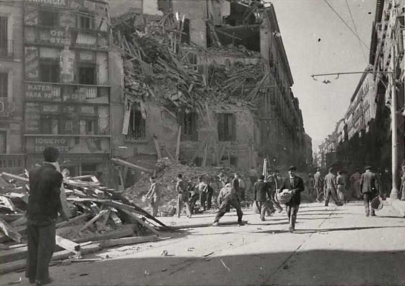 Plaza de Antón Martín y calle de Atocha. Edificio bombardeado