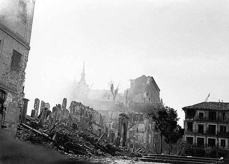 Vista del Alcázar de Toledo desde Arco de la Sangre después del asedio