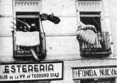 Balcones en la calle Armas a la altura del hostal
