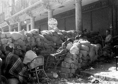 Barricada delante de el Café Español