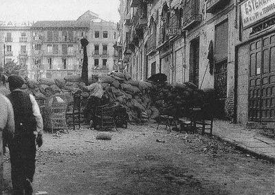 Barricadas en la calle Armas a la altura del hostal 3