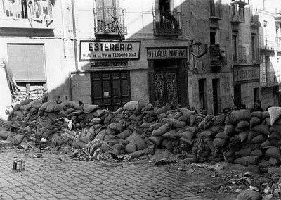 Barricadas en la calle Armas a la altura del hostal 4