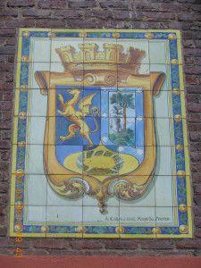 Corona mural sobre escudo del Madrid republicano. Osa con madroño, dragón alado y corona cívica