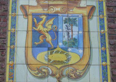 Corona mural sobre escudo del Madrid republicano.