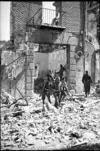 Evacuacion heridos 2 calle Armas-Asedio Alcazar de Toledo