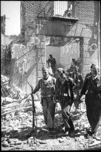 Evacuacion heridos calle Armas-Asedio Alcazar de Toledo