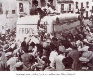 Llegada camión cultura popular a un pueblo andaluz