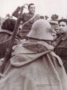 MIguel Hernández en el frente arengando a los milicianos con su poesía
