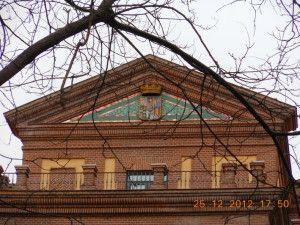 Escudo policromado en la antigua Maternidad de Stª Cristina