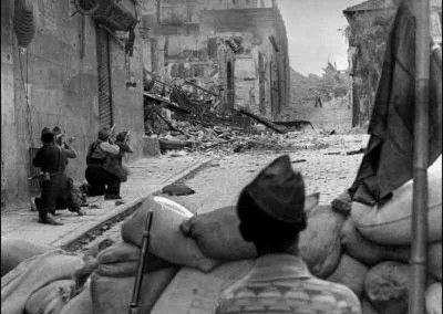 Milicianos en el Arco de la Sangre
