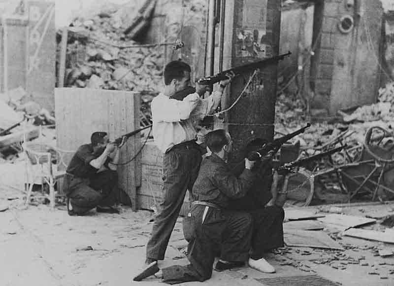 Milicianos disparando desde la columna de la calle Armas esquina Zocodover