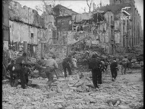 Milicianos subiendo Arco de la Sangre-Asedio Alcazar de Toledo