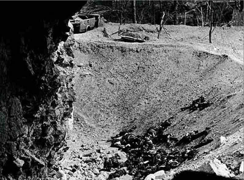 Cadáveres de soldados republicanos en el embudo de la mina del torreón SO