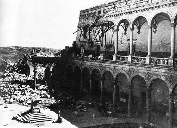 Patio de armas del Alcázar de Toledo después del asedio. Angulo NE