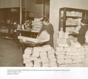 Preparando libros para el frente de Aragón. 1936