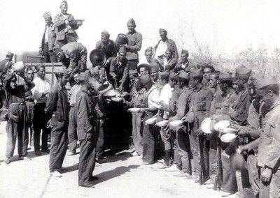 Soldados esperando el rancho