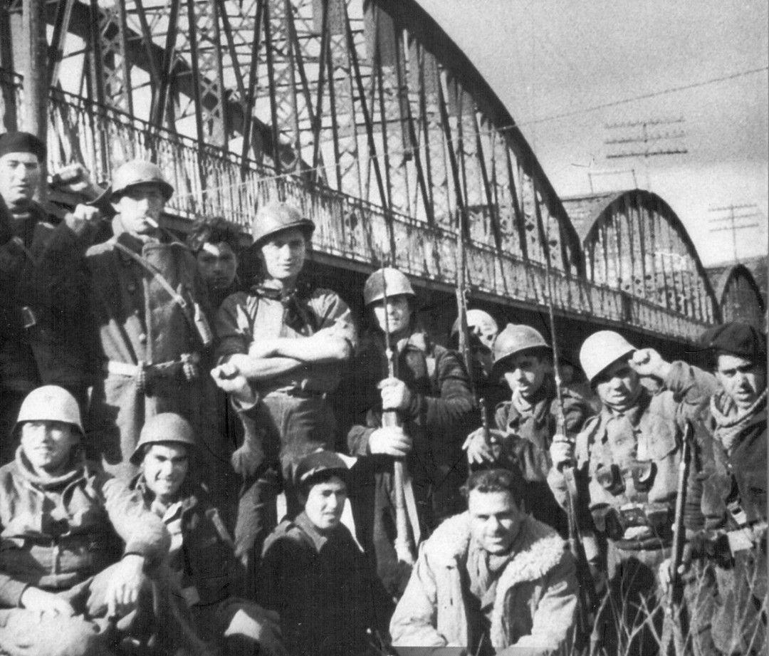 Brigadistas Internacionales junto al Puente de Arganda