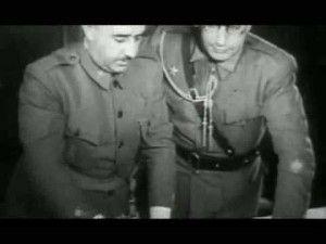 """Franco planificando operaciones. Junto a él su primo """"Pacón"""" con los cordones de ayudante del Generalísimo"""