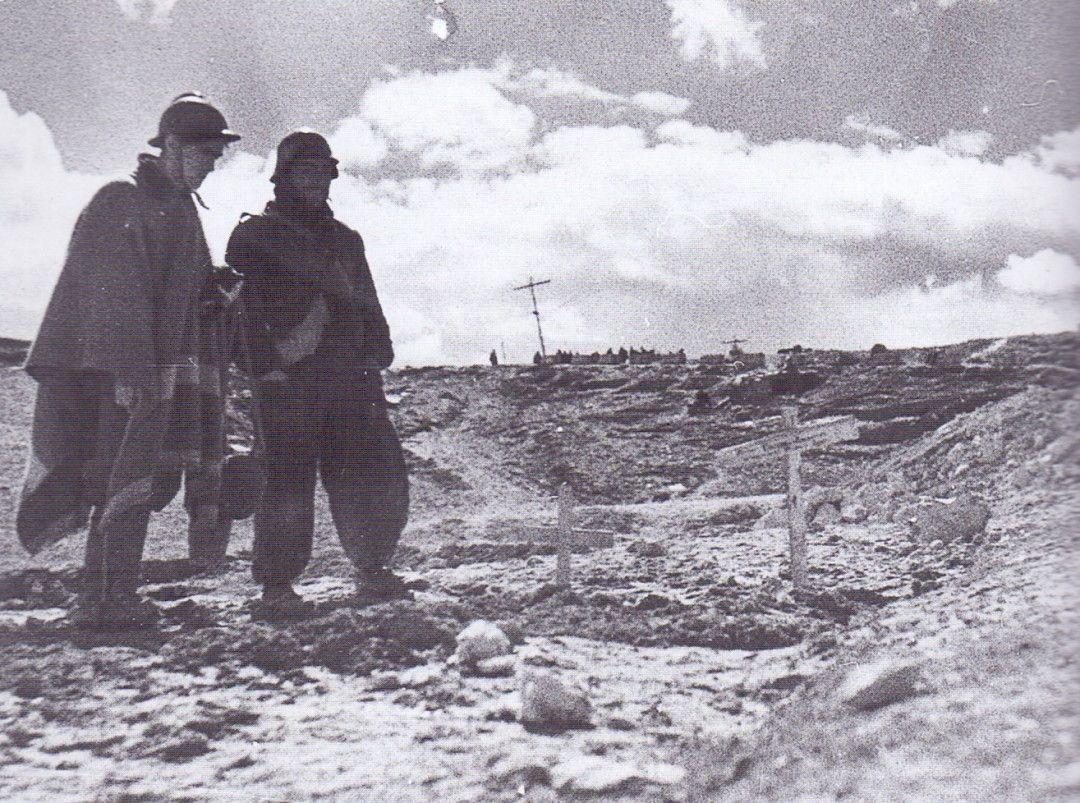 Soldados italianos del CTV junto a tumbas de sus compañeros