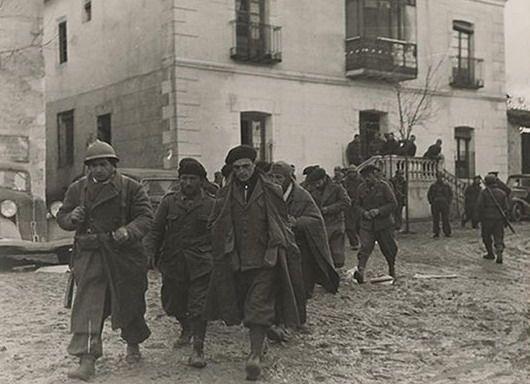 Prisioneros del CTV en Torija, saliendo de un edificio