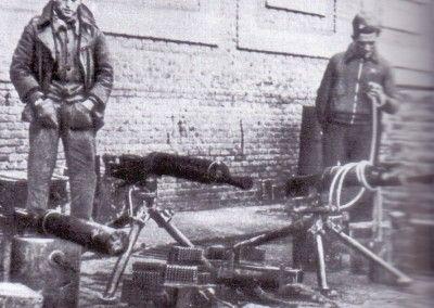 Soldados republicanos con material capturado a las tropas del CTV