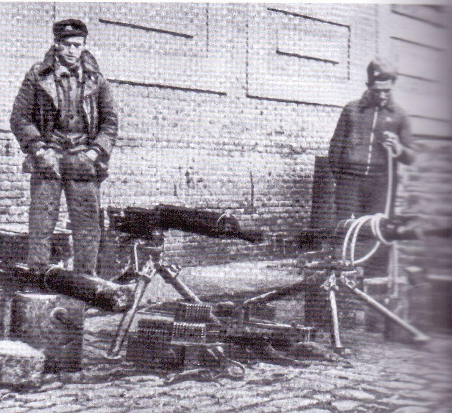 oldados republicanos con material capturado a las tropas del CTV