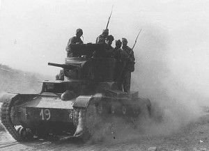 Tanque ruso T26 transportando tropas
