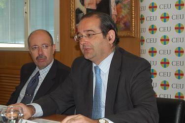 Luis E. Togores (al fondo) y Alfonso Bullón de Mendoza