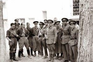 Segismundo Casado con gafas y Cipriano Mera en el Cuartel General de la XIV División en Alcohete
