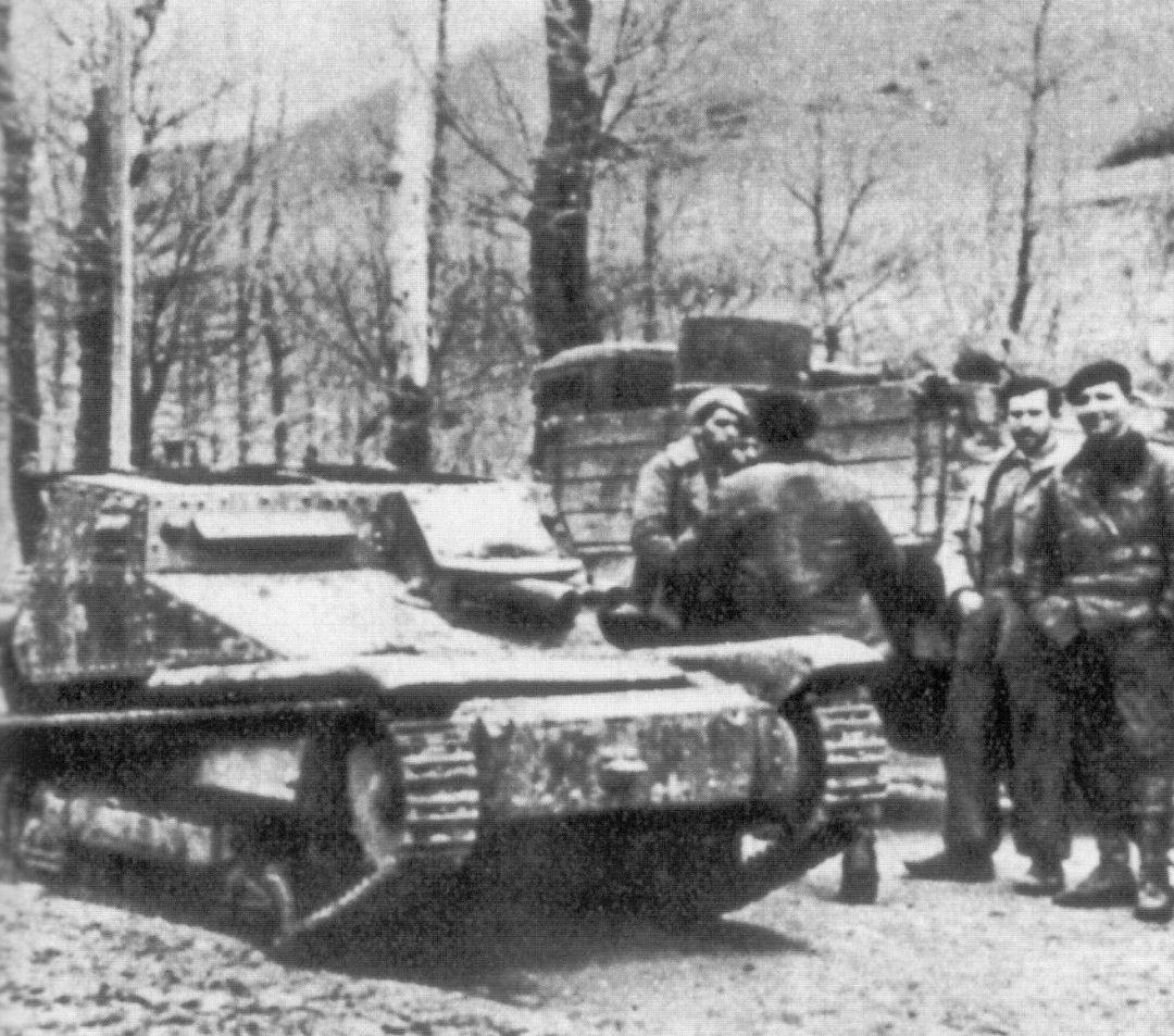 Milicianos junto a tanquetas Fiat Ansaldo CV 3 italianas