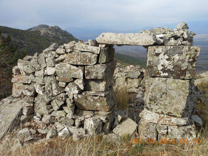 Restos de viviendas en la Peña del Cuervo
